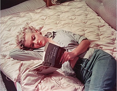 Marilyn Monroe reading in bed.jpg